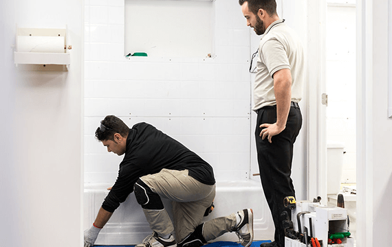 installer-in-training-with-bath-fitter-expert